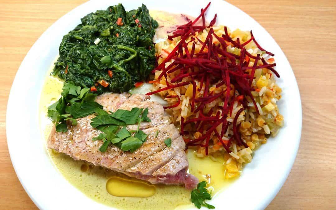 Thunfischsteaks an Blattspinat mit Linsen-Reis-Pfanne
